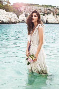 Editorial de moda junto al mar de Vogue Novias: Diosa contemporánea