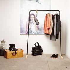 Egal ob Kleider, Hosen, Röcke, Jacken oder Taschen – Hänk kann alles tragen!Massive Füße aus Esche sorgen für Stabilität, ein glänzender Haken aus Messing für die nötige Portion Glamour. Zwei kleine Häkchen links und rechts kümmern sich um Accessoires aller Art. Zerlegt passt die Kleiderstange in die kleinste Ecke. Aufbauen lässt sich die Kleiderstange in wenigen Minuten.In schwarz oder weiß passt Hänk optimal zu jeder Garderobe. -Material: Stahl pulverbeschichtet, Messing, Eschenholz.Maße…