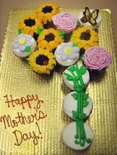 Cupcake Bouquet by Flour & Sun, via Flickr    http://cupcakestakethecake.blogspot.com/2012/04/flower-cupcake-cakes-for-mothers-day.html