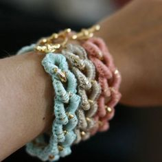 DIY crocheted bracelets (via Super Ziper) In Portuguese.