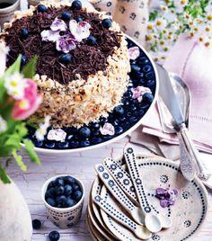Få en lækker opskrift på lagkage med blåbær og nøddekant. Den er frisk og sommerlækker og dejlig nem at lave.