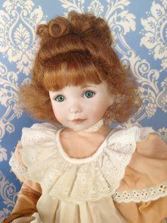 Peach and cream (Pesche & panna)  bambola con testa ed arti in porcellana , di Diane Effner. Quetta fu la prima bambola messa in vendita dalla Ashton Drake per il mercato italiano nel 1996. Altezza 35 cm circa