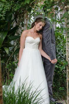 First Touch statt First Look, wunderschön <3 || Foto von Corner House Photography | hochzeitsplaza.de/real-weddings/stimmungsvolle-gartenhochzeit | Real Wedding