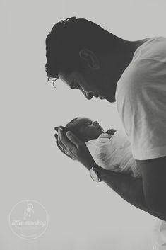 Vater & Sohn - Portrait aus Neugeborenem - Fotoshooting © Miriam Ellerbrake, Little Monkey Fotografie #Babyfotografie Berlin  Father & son portrait taken at newborn photoshooting © Miriam Ellerbrake #babyphotography #baby #newborn