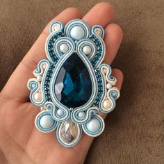 Jewelry Design Earrings, Diy Jewelry, Handmade Jewelry, Jewelry Making, Soutache Pendant, Soutache Necklace, Paper Quilling Jewelry, Embroidery Jewelry, Beaded Brooch