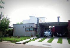 En el libro de ideas del día de hoy, te presentamos una casa suburbana con base moderna obra del estudio VYC Arquitectura.La casa acomoda el programa de necesidades del cliente en una tipología compacta en planta baja que ocupa una en superficie total de 230 metros cuadrados.La obra se ubica en un lote esquinero de 700 metros cuadrados en un barrio privado de Luján de Cuyo (Provincia de Mendoza) cuya estética se define a partir de una sintaxis 100% moderna.La casa acomoda un hall…