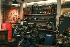 Inspiring Workshop Garage for Minimalist House. Have an unused garage at home? You can take advantage of the space to be a place of business or workshop garage. With right decoration, you can . Motorcycle Workshop, Motorcycle Shop, Motorcycle Garage, Motorcycle Design, Garage Shop, Garage House, Dream Garage, Garage Life, Cool Garages