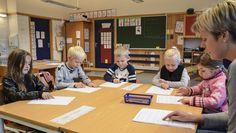 Bokstaven j er tema for dagens leseopplæring i første trinn på Lillemoen skole. Lyden leses, skrives, kombineres med andre lyder og gjentas til den sitter.