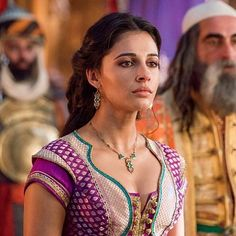 Guy Ritchie, Nasim Pedrad, and Naomi Scott in Aladdin Naomi Scott, Disney Wiki, Disney Films, Disney S, Disney Marvel, Punk Disney, Disney Characters, Princess Jasmine Makeup, Disney Princess Jasmine