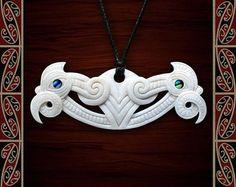 New Zealand Maori Bone Pekapeka with Paua Shell Maori Abstract Sculpture, Wood Sculpture, Bronze Sculpture, Maori Tribe, Maori Patterns, Maori People, Soapstone Carving, Bone Crafts, Maori Designs