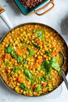 Indisk vegetarret med spinat og kikærter. Skøn vegetarret med kikærter, spinat, tomater og krydderier. Spises med raita til og ris. Tasty Vegetarian Recipes, Vegetarian Cooking, Veggie Recipes, Healthy Recipes, Veggie Food, Dinner For 2, Healthy Chicken Dinner, Food Crush, Moussaka