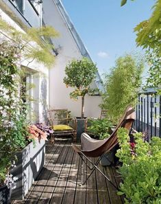 38 Small Terrace Projects to Optimize Your Small Space - Backyard Mastery - Outdoor Space Decor, Landscaping and DIY Projects - Kleiner Balkon - Design RatBalcony Plants tan Furniture Small Balcony Design, Small Balcony Garden, Small Terrace, Terrace Design, Rooftop Garden, Balcony Ideas, Garden Design, Green Terrace, Terrace Ideas