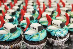 Cupcakes avião da Tam, com cobertura de chocolate branco mesclado.