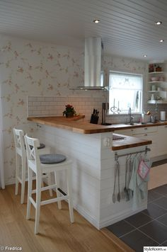 56 suprising small kitchen design ideas and decor 9 56 suprising small kitchen design ideas and deco Kitchen Room Design, Kitchen Layout, Home Decor Kitchen, Kitchen Interior, New Kitchen, Home Kitchens, Kitchen Sets, Kitchen With Bar Counter, 10x10 Kitchen