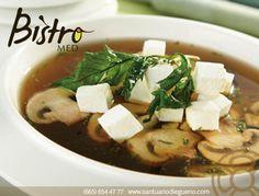 Cómo prepara Sopa de Hongos: 1. Picar finamente #cebolla y ajo. 2. Sofreír el ajo y la cebolla, agregar epazote.  3. Agregar los hongos previamente cortados. 4. Mantener en el fuego hasta que los hongos suelten su jugo. 5. Agregar los hongos al caldo de #verduras.  Si quieres que la sopa tenga más cuerpo puedes licuar un poco de los #hongos con el caldo y después incorporar esa  #crema a la  #sopa.