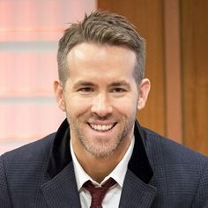 Ryan Reynolds haircut is one of the most popular haircuts. He gains a lot of attention from men who want a Ryan Reynolds hairstyle. Cool Hairstyles For Men, Celebrity Hairstyles, Hairstyles Haircuts, Haircuts For Men, Ryan Reynolds Haare, Ryan Reynolds Haircut, Beard Haircut, Fade Haircut, Sport Chic