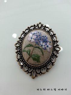 야생화 자수 브로치3^^ : 네이버 블로그 Needlepoint Patterns, Embroidery Patterns, Hand Embroidery, Textiles, Punch Needle, New Trends, Diy Jewelry, Pattern Design, Pendants