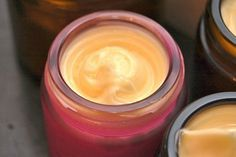 Crema casera a base de miel de abeja, aceite de almendra y agua de rosas. Adios arrugas, excelente hidratante!