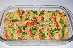 Pokud máte doma staré pečivo, určitě ho nevyhazujte. Připravte si chutnou večeři. Prokládaný toust s rajčaty a sýrem, přelitý smetanovou zálivkou.