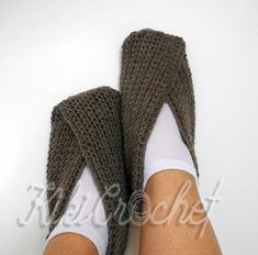 The easiest pair of slippers to crochet!! They are made in one piece, then join, and your slippers are ready!! Follow the tutorial to see the chart for all sizes! Don't forget to post your pics of your finished slippers here! :)