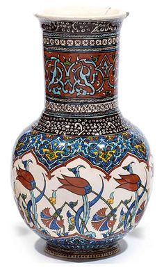 Grand vase de Kütahya en céramique siliceuse à décor polychrome de rinceaux de palmettes entrelacées en bordure du col, d'arabesques de palmettes et de tulipes sur l'épaulement.Turquie, Kütahya, fin xixe - début xxe siècle. haut. 34 cm (13.4 in.) A 19th/20th century Kutahya Turkey ceramic vase