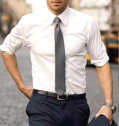 Una camicia bianca e una cravatta grigia sono perfettamente eleganti per  uno sposo semplice e raffinato. Andrew CooperMaglie UomoGli ... eea8b66c0d4