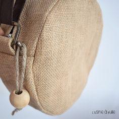 [DIY] Sac rond en toile de jute recyclée | L'usine à bulle Coin Couture, Couture Sewing, Ethno Style, Diy Bags Purses, Macrame Bag, Jute Bags, Cotton Bag, Handmade Bags, Burlap
