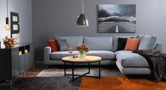 Modernt i grått och orange. Ljusblå byggbar soffa från EM. Finns i flera tyger. AREZZO