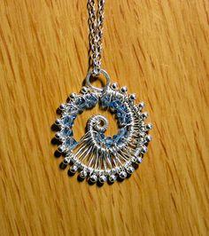 3.5 cm 925 Silber mit blaue Swaros, es haengt von eine 925 Silberkette. Alles handgemacht von das erste Stuck Silberdraht.    Mein Schmuck kommt in ei