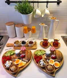 New The 10 Best Home Decor with Pictures - Herkese merhabalar Birbirinden muhte em sunumlar n adresi zerrinintanitimlari sunum nemli sunum dekorasyonfikirleri decoration dekor evimevimguzelevim kahvalt tatl Romantic Breakfast, Breakfast And Brunch, Turkish Breakfast, Breakfast Table Setting, Breakfast Platter, Party Food Platters, Food Displays, Food Decoration, Aesthetic Food