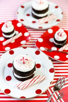 The cutest peppermint chocolate mini cakes for Christmas parties and holiday celebrations!