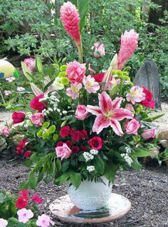 Beautiful and tropical Flower Arranging Ideas - Summer Flowers - Stargazer Lilies Altar Flowers, Church Flowers, Outdoor Flowers, Diy Flowers, Spring Flowers, Flower Ideas, Inexpensive Flower Arrangements, Spring Flower Arrangements, Flower Centerpieces