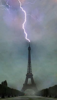 lightning hits eiffel tower - Pixdaus
