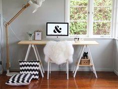 Mesa com tampo em madeira natural e cavaletes brancos
