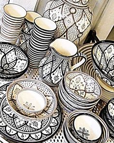 Vaisselles marocaines traditionnelles mais modernes #morocco#moroccan#oriental#dubai#design#decor#modern#interior#interiordesign#craft#traditional#bohemian#chic#cosy#house#home#room#linvingroom#white#black#chaby#vaisselle#kitchen#details#style#beautiful#inspiration#instagood#instagram