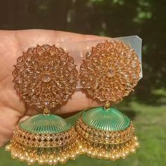 Indian Bridal Jewelry Sets, Indian Jewelry Earrings, Jewelry Design Earrings, Gold Earrings Designs, Jhumka Designs, India Jewelry, Antique Earrings, Wedding Jewelry Sets, Jewelry Accessories