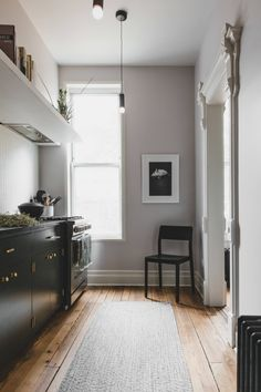 Architect ndrea Fisk of Shapeless Studio experimented with color in the well-preserved Brooklyn townhouse she and her partner remodeled for themselves. Scandinavian Loft, Scandinavian Apartment, Bohemian Apartment, Brooklyn Apartment, Victorian Townhouse, Victorian Homes, Studios Architecture, Interior Architecture, Interior Design