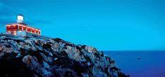 Nell'estremo sud della Sardegna un faro domina uno scenario di raro splendore: unico in Italia ad esser stato trasformato in luxury guest house, il faro di Capo-Spartivento regala un'esper