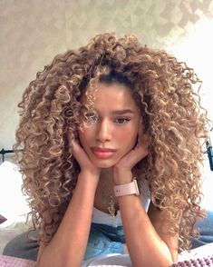 Dyed Curly Hair, Dyed Natural Hair, Colored Curly Hair, Dye My Hair, Curly Hair Styles, Natural Hair Styles, Natural Curls, Blonde Hair Looks, Honey Blonde Hair