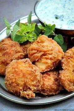 Dzisiaj pomysł na prosty i szybki obiad, który z pewnością przypadnie do gustu nawet małym niejadkom :) Delikatne kąski z kurczaka w pysznej panierce, podane z gęstym pełnym letnich ziół. Nie są to klasyczne