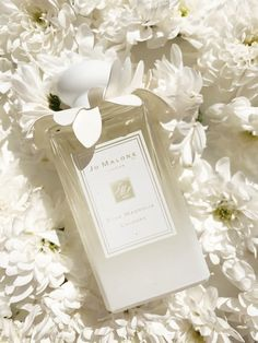 Beautiful styling for Jo Malone Star Magnolia Cologne Collection Solid Perfume, Best Perfume, Perfume Scents, Perfume Bottles, Make Up Braut, Fall Scents, Dolce E Gabbana, Jo Malone, Perfume Collection