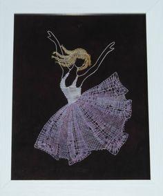 une jolie danseuse en dentelle aux fuseaux
