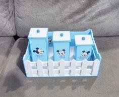 """Kit bebê Menino """"Mickey Baby"""" com 6 peças!    (KIT VENDIDO - Mas aceitamos encomendas para as mesmas peças ou conforme seu desejo)    Composto por:  1 kit Higiene (uma bandeja com 3 potinhos com tampas), 1 porta fraldas modelo tradicional personalizado com o nome do bebê e 1 lixeira com tampa!   ..."""