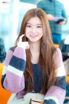 Photo album containing 8 pictures of Yiren Kpop Girl Groups, Kpop Girls, Yoo Kihyun, Fandom, Ulzzang Korean Girl, Yuehua Entertainment, 1 Girl, Arm Warmers, Cute Girls