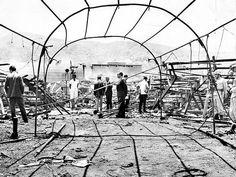 1961 - GRAN CIRCUS: O que era para ser uma inesquecível tarde de domingo, com a estreia do circo americano, tornou-se o dia mais triste da história d e Niterói. Por vingança, um ex-empregado ateou fogo à lona durante o espetáculo, dando início a um incêndio que logo atingiu dimensões incontroláveis. Dos mais de três mil espectadores, em sua grande maioria crianças, 372 pessoas morreram na hora e, aos poucos, vários feridos morriam, chegando a 500 o número de vítimas fatais, 70% crianças.