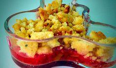 Nicht nur für die kalte Jahreszeit: Unser Rhabarber-Erdbeer-Protein Crumble schmeckt auch im Frühling und Sommer sehr lecker. Das perfekte Dessert.
