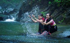 Người Thái ở đây gọi thác Kèm là Bổ Bố, có nghĩa là dải lụa trắng. Từ chân thác nhìn lên, bạn sẽ có cảm giác dòng suối tuôn chảy bất tận dải bọt trắng xoá, chẳng khác một dải lụa trắng buông dài.