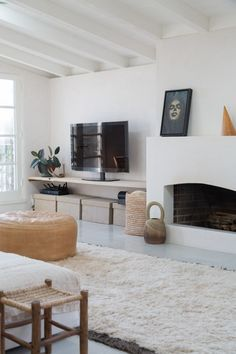 13 things to add to your house this summer on apartment 34 Living Room Inspiration, Interior Design Inspiration, Living Room Scandinavian, Farmhouse Side Table, Fireplace Design, White Fireplace, Home Interior, Home And Living, Living Spaces