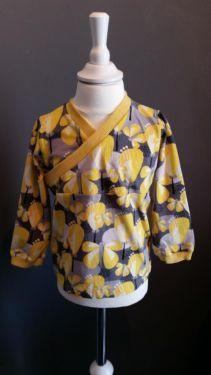 Dawanda Shirt Gr 92 /98 in gelb mit Schmetterling.  Grau gelb gemischt.  Sehr schönes Kimono Shirt.  Versand 2 Euro.