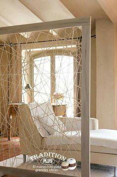 Bygg en upphöjnad ihop med rumsavdelare. Genom att ställa sängen på upphöjnaden blir det ännu mer som ett eget rum.